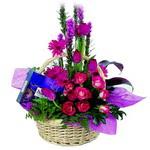 çikolata ve sepette çiçek   Hatay çiçek siparişi vermek