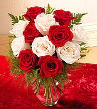 Hatay çiçek gönderme sitemiz güvenlidir  5 adet kirmizi 5 adet beyaz gül cam vazoda