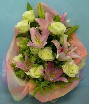 11 adet gül ve 2 adet kazablanka buketi  Hatay çiçek mağazası , çiçekçi adresleri