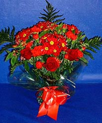 Hatay hediye sevgilime hediye çiçek  3 adet kirmizi gül ve kir çiçekleri buketi