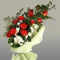 Hatay anneler günü çiçek yolla  11 adet kirmizi gül buketi sade haldedir