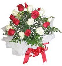 Hatay 14 şubat sevgililer günü çiçek  12 adet kirmizi ve beyaz güller buket