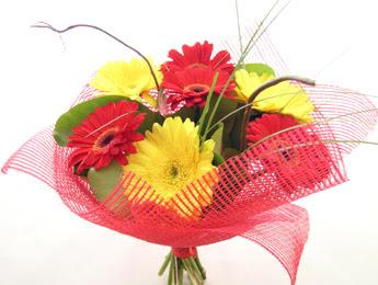 9 adet gerbera çiçeklerinden buket  Hatay uluslararası çiçek gönderme