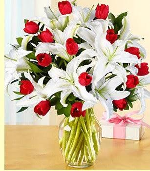Hatay çiçek servisi , çiçekçi adresleri  3 kazablanka 10 kırmızı gül vazosu