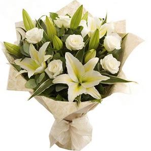 Hatay çiçek gönderme  3 dal kazablanka ve 7 adet beyaz gül buketi