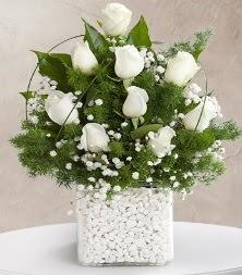 9 beyaz gül vazosu  Hatay uluslararası çiçek gönderme