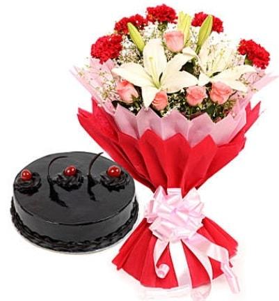 Karışık mevsim buketi ve 4 kişilik yaş pasta  Hatay çiçek online çiçek siparişi